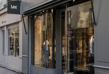LEE & sa nouvelle boutique parisienne / La célèbre marque américaine ouvre son nouveau concept store en plein coeur de Paris. Pour célébrer l'été, Lee s'installe dans le Marais dans une boutique de 80m2. Murs de briques, portants en métal et détails de cuir viennent parfaitement se mélanger au plywood, au bois clair et à des éclairage ultra contemporain. http://lesgarconsenligne.com/2014/05/29/lee-sa-nouvelle-boutique-parisienne/