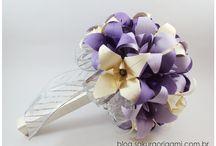 ღ buquê de origami / corsage / flor de lapela ღ / Buquês para a noiva, corsage para as madrinhas e as flores de lapela para o noivo e os padrinhos, tudo... tuuuudo com a energia do origami! Flores feitas com dobraduras cheias de charme.
