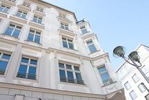 Farbe Berlin / Seit ihrer Gründung im Jahr 1970 ist Kämmer & Schäfer MalerMeister GmbH Mitglied der Maler- und Lackiererinnung Berlin. Mit nunmehr drei Malermeistern machen wir es uns zur Aufgabe, unseren Kunden effektive und umweltfreundliche Lösungen in allen Gestaltungsfragen des Malerhandwerks anzubieten. Hierzu verbinden wir Erfahrung und Qualitätsbewusstsein mit der neuesten Technik.  Freundliche und kompetente Beratung, Qualität und Schönheit in der handwerklichen Ausführung.