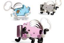 Plechové hračky na klíček / Jsou absolutně šílené, dezorientované, bez kontroly, avšak umí rozesmát. Stvořitel této hračky měl prý podobné problémy. Stojí ale za vidět jeho přemety a katapulty odkudkoliv na stole. Hračky na klíček - Pea, Sparklz, atd.