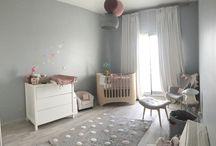 """Chambre Kylia / Magnifique chambre toute en douceur de la petite Kylia avec le lit évolutif """"Leander"""", la commode joy et le petit fauteuil sofa de """"Quax"""", la veilleuse champignon """"d'Egmont toys"""", les suspensions de """"La case de cousin Paul"""" , le tapis à pois en coton de """"Lorena Canals"""", un tour de lit et housse de coussin à langer """"N74"""", stickers papillons repositionnables """"Love Mae"""", Petit coussin et guirlande fanions """"Nobodinoz"""", Peluche girafe et éléphant """"Anne Claire Petit""""  http://www.babyroomservice.fr/"""