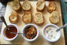 Entradas comida / Porciones de pan con aderezos