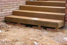 Instalación de tarima en terraza con piscina y escaleras de madera en exterior