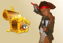 Chasse au Trésor anniversaire enfant / Enquêtes, jeux de pistes et chasses au trésor pour animer des fêtes et anniversaires d'enfants.  Destinées aux petits qui ne savent pas encore lire (kits 4-5 ans) ou aux plus grands avides de mystères (Kits 6-7 ans et Kits 8-10 ans), nos activités se veulent avant tout ludiques et éducatives. Chaque jeu est une aventure originale où la résolution des énigmes doit permettre aux enfants de résoudre la quête proposée.