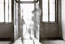 Due passi trasparenti / Image size: 100 x 65 cm | Giclée print on the canvas | Date: 2010 | Copies: 5 Siamo attratti dall'esistenza come continuo: quello che c'è tra un momento e l'altro. E' una ricerca di sintesi, l'istante–prima e l'istante-dopo, ma anche quelli che sono in mezzo: è l'azione intera che viene colta.