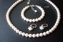 Perly, perly, perličky...pristanú každej dáme / Zhotovenie perlových setov aj s úpravou na želanie. Výber dĺžky, farebnej kombinácie, veľkosti perly, typu perly,...sme tu pre Vás...