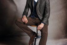 """atelier torino Trends Herbst/Winter 2015 / Hochwertigste Tuche, stilsicheres Design, perfekte Verarbeitung und Passform unterstreichen die Wertigkeit der Produkte. Die Kollektion besteht aus dem hochwertigen Bereich Businessbekleidung und Modern Classic Sakkos, die nach Geschmack kombiniert werden können. atelier torino wird als MODERN CLASSIC Marke mit guter Preis/Leistung und stabiler Passform unter dem Slogan """"FEEL ITALIAN"""" weitergeführt."""
