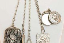 Borse / Le borsa è un contenitore utilizzata originariamente per tenere il denaro, ora utilizzata per tenere oggetti di uso quotidiano.  La borsa è un accessorio della moda femminile.