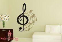 Adesivos tema Música / Música é arte. Esta coleção traz adesivos de parede musicais para decoração da sua casa. Cantores, músicas e bandas famosas, além de decorar, servirão de muita inspiração para você que está começando sua carreira ou quer apenas se divertir. Cole e decore! Os adesivos de parede desta coleção estão prontos para dar show. Escolha seu estilo...