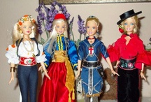 Creaciones Barbie / Dos grandes pasiones de Mila Gil son las fiestas de Moros y Cristianos de Elda y la otra son las muñecas Barbie. Ambas junto con su buen gusto y habilidad con las manos han contribuido a la creación de autenticas obras de arte con esta famosa muñeca. Desde el peinado, hasta el último botón o la pasamanería de un vestido, pasando por los zapatos (como buena hija de Elda) hasta la misma base, que sirve de soporte de la muñeca, Mila logra que sus creaciones sean el sueño de niñas y mayores.