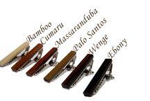 Een serie van houten massieve, zeer fraaie dasspelden voor een betaalbare prijs. / Deze stijlvolle houten dasspeld is er zeker om indruk te maken. Elk speld is handgemaakt uit het (rest)hout van de van de fraaie houtsoorten. Laat zien dat u smaak heeft voor zowel vakmanschap als de schoonheid van de natuur. Alle spelden zijn met de hand gepolijst waardoor het warme en mooie hout goed tot zijn recht komt.  De dasspeld (3.81 cm)   Door de karakteristieke eigenschappen van het hout zal er nooit een product gelijk zijn aan de foto.