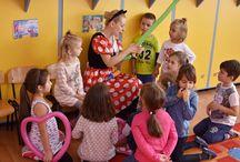 """Fotograf Gradinite / Pastreaza amintiri de la gradinita sau scoala copilului tau sub forma de imagini printate pe hartie fotografica,   Angajeaza un fotograf profesionist pentru gradinite, cu experienta necesara de a surprinde emotia copilului tau atunci cand recita o poezie la serbare sau cand isi manifesta bucuria sincera la petrecerea de la """"gradi"""". Pentru gradinite se configureaza pachete fotografice  personalizate cu tarife preferentiale in functie de continuitate si volum de lucru."""