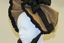 Bonnet og korset i alle variasjoner. / Korset og bonnet.