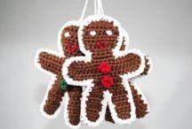 Weihnachts DIY´s / Deine Deko für Weihnachten machst du am liebsten selbst? Dann bist du hier richtig! Lass dich inspirieren von ausgewählten weihnachtlichen Häkelanleitungen und Strickanleitungen. Doch nicht nur mit Wolle lassen sich festliche Dekorationen gestaltet! Schnapp dir Papier, Schere und Co. und leg los in deinem Heim weihnachtliche Stimmung zu verbreiten.