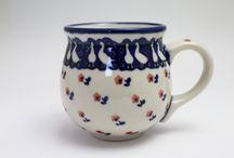 ボレスワヴィエツ陶器 / ボレスワヴィエツ陶器とはポーランドの南西部の街「ボレスワヴィエツ」で作られる陶器の総称で日本で言えば陶磁器の街佐賀県有田町で作られる陶磁器は「有田焼き」と言われるのと同じです。 ボレスワヴィエツの街には大小20以上の工房があります。英語圏ではポーリッシュポタリーと呼ばれています。