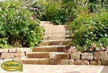 Treppen / Wenn das Gartengrundstück am Hang liegt oder gartenarchitektonisch künstliche Höhenunter- schiede geschaffen werden, können Treppen die einzelnen Ebenen verbinden und den Garten abwechslungsreich und lebendig machen.