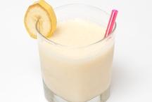 Cocktails/Drank / Een cocktail is een mengsel van minimaal drie ingrediënten, waarvan er twee drinkbaar moeten zijn en één alcohol moet bevatten. Zo bezien is een bloody mary, bestaande uit Wodka, tomatensap, Worcestersaus, Tabasco en specerijen dus een cocktail. Als het gemengde drankje maar uit twee dranken bestaat, zoals bijvoorbeeld een rum-cola, dan is het een samengestelde drank (ook wel mixdrank genoemd) en geen cocktail.