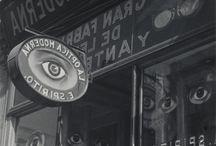 Fotografía. Manuel Álvarez Bravo / Manuel Álvarez Bravo (Ciudad de México, 4 de febrero de 1902 - 19 de octubre de 2002) fue un fotógrafo y cinefotógrafo mexicano.1 2 Reconocido por plasmar el paisaje y la gente de su país con maestría y originalidad.