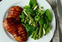 Pomysły na dania z piersi z kurczaka / Jeżeli brakuje Ci sposobów na przygotowanie potraw z mięsa drobiowego, skorzystaj z naszych pomysłów. Poniżej zamieszczamy przepisy na dania z piersi z kurczaka
