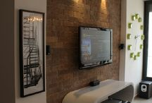 TV und Steinwände