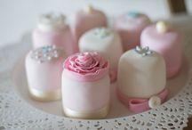 Sweet Candy Table rosa, mit vergißmeinnichtblau und Kraftpapier / Sweet Candy Table Konzept von Heike Krohz www.suess-und-salzig.de / by suess-und-salzig Torten- & Patisserieservice