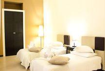 Camere & Residence / Tutte le camere del nostro hotel hanno bagno privato con asciugacapelli e set di cortesia, mentre gran parte degli alloggi presenta un angolo cucina completo di stoviglie e di utensili.