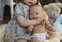 Peutermeisje met babypop