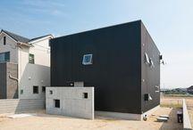 施工例10lソラマド香川 / 香川県内で建てたソラマドの家の写真です。 お洒落で、わくわくして、人とは違った家を建てたい、もちろんローコストで…。 私たちは、そんな住宅をたくさん実現してきました。 お客様のお好みのテイストはもちろん、ライフスタイルに合わせた、快適で心地良いオンリーワンの住まいをご覧ください。 <Works10> 香川県丸亀市 家族構成:夫婦+子ども2人 延床面積:103.50m²