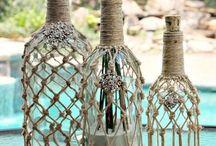 Latas, botellas y otros elementos para decorar.