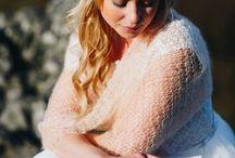 Braut Haarschmuck und Brautaccessoires für die Hochzeit / Der passende Haarschmuck rundet das Braut Outfit rundherum ab und so legen wir bei jeder Brautkleider Kollektion wert auf den passenden Haarschmuck, Kopfschmuck und den passenden Schmuck für die Braut. Vom Stirnband über Haarband und Haarkamm bis hin zum Blumenkranz und einzelnen Haarblumen findest Du hier alle Varianten an Brautschmuck für die Haare die Dein Herz begehrt.