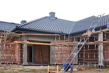 Projekt domu Rozłożysty / Projekt domu Rozłożysty to fantastyczna komfortowa willa, łącząca w sobie elementy nowoczesności i tradycyjnej formy. Dom jednorodzinny przeznaczony dla cztero-pięcioosobowej rodziny. Parterowy układ funkcjonalny, gdzie wszystkie pomieszczenia dostępne są z jednego poziomu, rozczłonkowana bryła przykryta łagodnymi dachami, część dzienna z wysokimi sufitami sięgającymi dachu, bliskość wnętrza z otaczającym ogrodem - to wszystko powoduje, że dom będzie wspaniałym miejscem do życia.