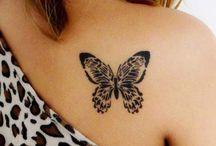 Tatouages papillon / Sur la cheville, le poignet, la nuque ou l'épaule, le tatouage papillon est irrésistiblement féminin et délicat. Trouvez l'inspiration en jetant un œil à notre sélection de photos repérées sur les réseaux.