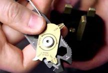 Porte-clés utiles et pratiques / Pas un simple gadget pour personnaliser son trousseau de clés, nous avons sélectionné des porte-clés vraiment pratiques qui pourront vous être utiles au quotidien.