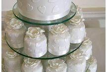 Tort weselny / Tort weselny - okrągły, prostokątny, kwadratowy czy w kształcie bryczki z końmi? Jedną z najważniejszych chwil Waszego wesela będzie niewątpliwie chwila pokrojenia go.