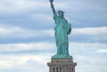 """NEW YORK con Europamundo / Nueva York es la ciudad más cosmopolita de EEUU y,de alguna manera,el símbolo de la vida americana.Está entre las aglomeraciones urbanas más grandes del mundo.Durante más de un siglo, ha sido uno de los principales centros mundiales de comercio y finanzas. Nueva York está considerada como una ciudad global dada sus influencias a nivel mundial en los medios de comunicación, política, educación, entretenimiento y moda.Descúbrela con tours como:""""Triángulo del Este"""",""""Washington,New York y Boston""""..."""