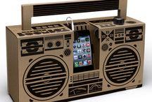 Berlin Boombox / Le ghetto blaster, le célèbre radiocassette des années 70/80, reprend du service avec la Berlin Boombox ! Le ghetto blaster version Berlin Boombox, est une enceinte nomade D.I.Y (Do It Yourself) conçue en carton recyclé qui intègre deux amplificateurs 5 watts !