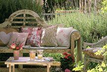 Buiten / outdoor living / Over leuke ideeën wat betreft het buiten wonen, in de tuin zitten, koken, genieten ....  Zo 'n zelfde bank als het plaatje voorop hebben wij bijvoorbeeld in de tuin, een heerlijke Engelse sfeer.