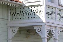 """Schweizerstil / Arkitektstil under perioden 1850-1900 där husen kännetecknas av utsirad lövsågeri eller i folkmun """"snickarglädje""""."""