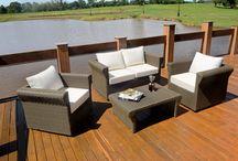 Linha Amarillo / A linha Amarillo é um conjunto composto por mesa de centro, poltrona e sofá de 2 lugares. Possui como conceito primordial sua silhueta diferenciada, oferecendo ao produto uniformidade e acabamento para espaços de áreas reduzidas. As peças são estruturadas em alumínio e trançada manualmente com fibra sintética.