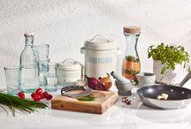 Kesäinen kattaus 2014 / Anna aurinkoisten sävyjen ja kesäisten kuosien valloittaa keittiö ja ruokapöytä. Yhdistele yksivärisiä, selkeälinjaisia astiakokonaisuuksia värikkäisiin sisustustekstiileihin, niin saat kattauksen loistamaan ja ruoan maistumaan herkullisemmalta.