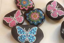 mariposas pintadas en piedra