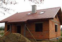 Projekt domu Żabka / Projekt domu Żabka to dom jednorodzinny parterowy dla 3-5cioosobowej rodziny, o prostej bryle, zaprojektowany na planie zbliżonym do kwadratu, przykryty dwuspadowym dachem.
