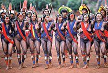 Belezas indígenas do Brasil / Com as belezas culturais das nossas muitas etnias indígenas, desde suas indumentárias aos grafismos, não me canso de deslumbrar. Saibam mais: https://conexaoplaneta.com.br/blog/menos-preconceito-mais-indio-campanha-do-instituto-socioambiental-denuncia-racismo-contra-povos-indigenas/