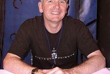 M.R Carey / M.R. Carey is de schrijver van verschillende graphic novels. Hij schreef onder meer mee aan beroemde superheldenseries als X-Men en Fantastic Four en heeft ook enkele romans en Hollywood-filmscripts op zijn naam staan. Het meisje met alle gaven is de eerste thriller van zijn hand die in het Nederlands verschijnt.