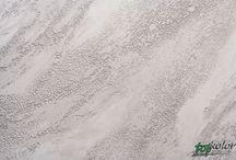 Tynk MARMO ROMANO / MARMO ROMANO to powłoka dekoracyjna stworzona z wapna hydratyzowanego, mączki marmurowej oraz piasków kwarcowych. Posiada doskonałą odporność na szkodliwe czynniki atmosferyczne oraz oddziaływanie promieniowania UV i pleśni. Nadaje się do stosowania wewnątrz jak i na zewnątrz. MARMO ROMANO jest produktem, który możemy barwić w masie oraz przebarwiać i uzyskać efekt piaskowca, skały wypłukanej przez wodę czy betonu architektonicznego.
