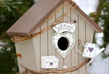 Dekorative Vogelhäuser und Nistkästen