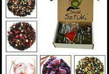 Herbata w sklepie z herbatą / Ta tablica dotyczy herbat i ziół sprzedawanych hurtowo i detalicznie w naszym sklepie i hurtowni herbaty, kawy Smaksztuki.pl. Zawiera wiele zdjęć wysokiej jakości herbat, suszy owocowych czyli herbat owocowych, ziół i mieszanek ziołowych. Odpowiednie wybranie herbaty do oferty Twojego sklepu z herbatą czy zakup zestawu herbat na prezent to ważna chwila. Wprowadzamy herbaty i zioła do oferty w trzech etapach. Więcej możesz dowiedzieć się na naszej stronie www.smaksztuki.pl