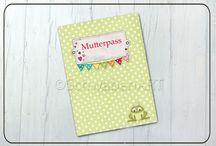 Mutterpasshüllen Papierdesign / Schöne Designs für den Mutterpass auf Papier gedruckt und in stabile Kunststoffhüllen gesteckt.