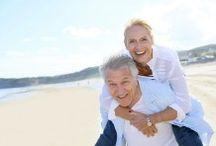 Des couples de seniors heureux
