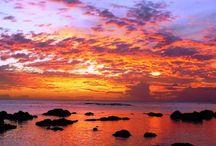 ILHA MAURICIUS / Ilha Maurício funde diversas culturas com harmonia em pleno oceano Índico, é bom destino para casais em lua de mel, famílias com crianças e até noivos que desejem em discretas cerimônias a beira mar. Passado europeu e asiático; tradições religiosas, geografia impressionante recortada por montanhas de origens vulcânicas e banhada por águas mornas de tons turquesas do Índico, rodeada por recifes de corais; e variedade linguística. Sua capital é a caótica Port Louis, a principal porta de entrada.